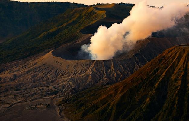 Monte bromo un vulcano attivo con il sole che splende giù, east java, indonesia Foto Premium