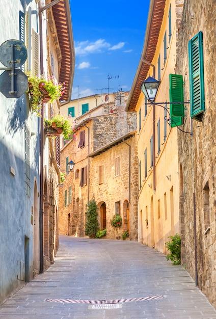 Montepulciano, italia, vecchia stradina nel centro della città con facciate colorate Foto Premium