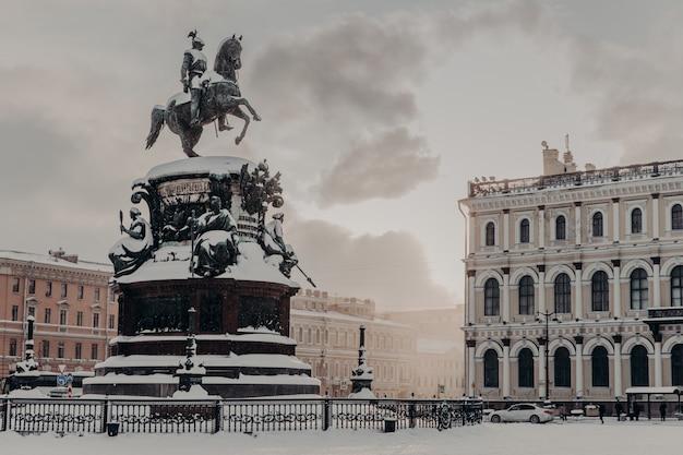 Monumento a nicola i in piazza san isacco a san pietroburgo in russia. monumento storico durante l'inverno Foto Premium