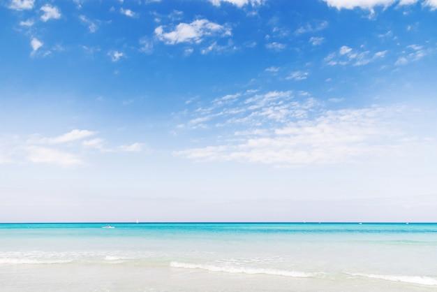 Morbida onda del mar dei caraibi sulla spiaggia sabbiosa di varadero. estate pacifica a cuba. Foto Premium