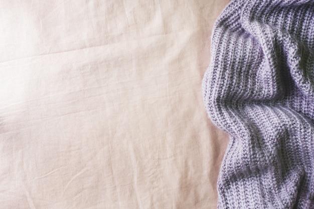 Morbida trama del tessuto sul letto e coperta lavorata a maglia. Foto Premium