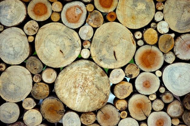 Morbido legno naturale non verniciato tondo ecologico morbido colorato marrone e giallo ceppi di sfondo Foto Premium