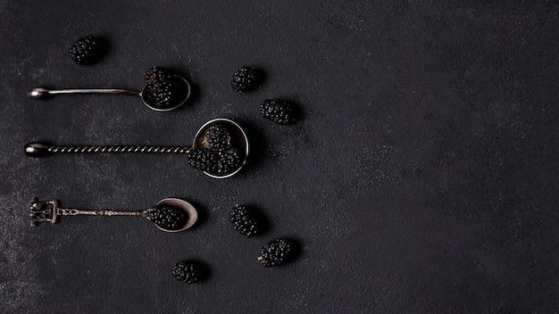 More deliziose di vista superiore in cucchiai con lo spazio della copia Foto Gratuite