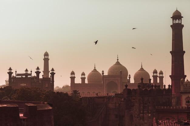Moschea badshahi vista lahore vista al tramonto Foto Premium