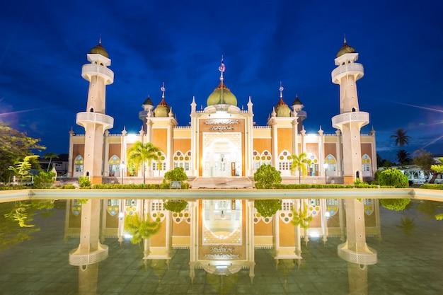 Moschea centrale di pattani con la riflessione Foto Premium