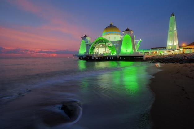 Moschea degli stretti del malacca (masjid selat melaka), malacca, malesia Foto Premium