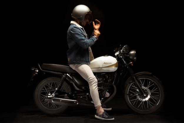 Motocicletta da uomo su cafe racer style Foto Gratuite