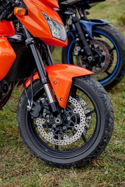 Motocicli del primo piano parcheggiati sul parcheggio dei motocicli Foto Premium