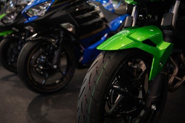 Motocicli in una fila da vicino Foto Premium