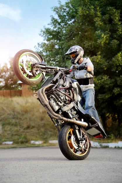 Motociclista in sella a una moto Foto Gratuite