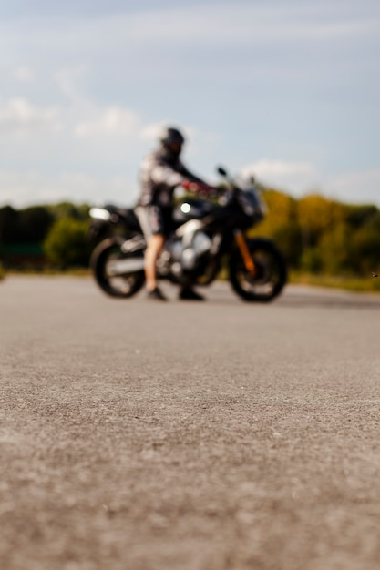 Motociclista offuscata sulla moto Foto Gratuite