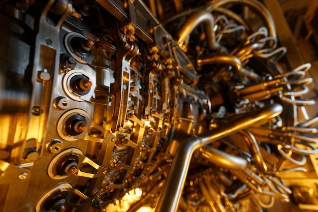 Motore a turbina a gas del compressore per gas di alimentazione situato all'interno di una custodia pressurizzata, il motore a turbina a gas utilizzato nella piattaforma di elaborazione centrale petrolifera e del gas offshore. Foto Premium