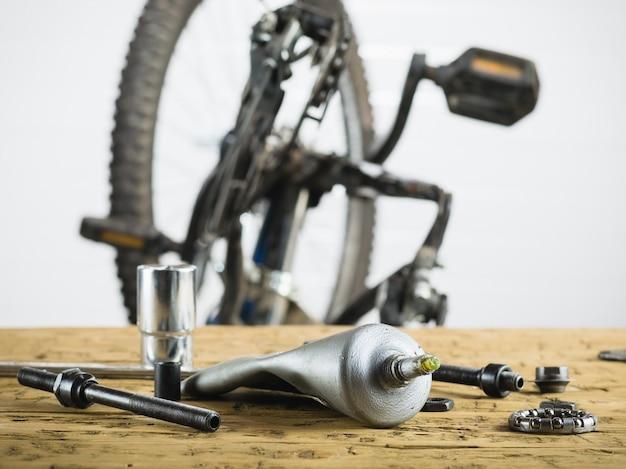 Mountain bike smontata e pezzi di ricambio per essa. Foto Premium