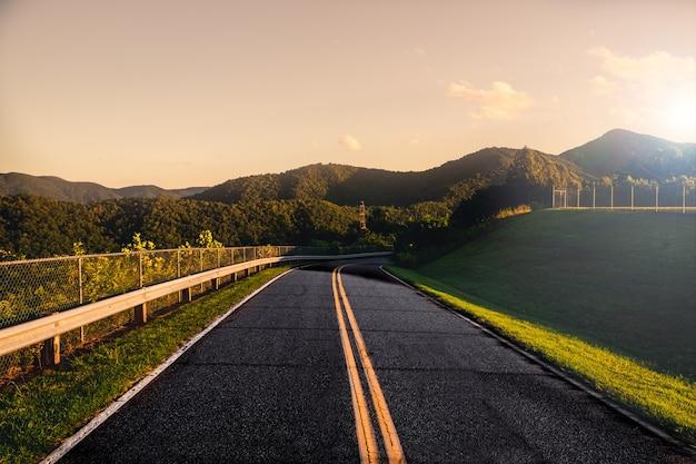Mountain road al tramonto Foto Gratuite