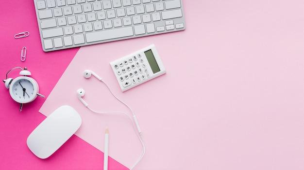 Mouse del computer e cuffie distesi Foto Gratuite