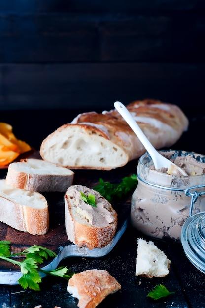 Mousse, patè in un barattolo con baguette e prezzemolo Foto Premium