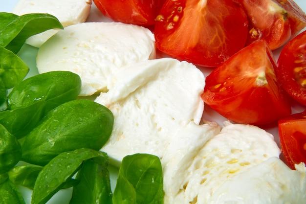 Mozzarella con tomtoes e basilico Foto Premium