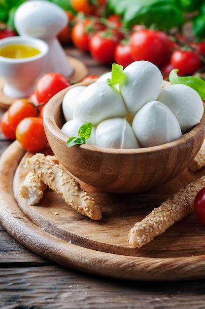 Mozzarella italiana con pomodoro e basilico Foto Premium
