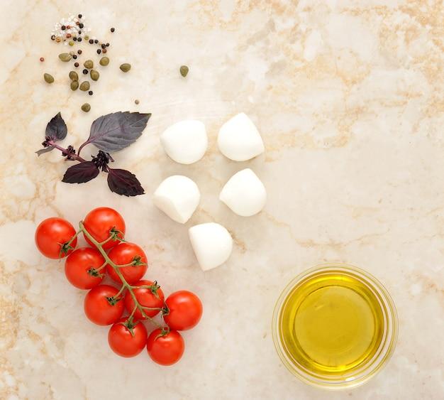 Mozzarella, pomodorini e basilico Foto Premium