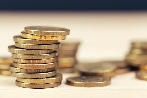 Mucchi di monete sul tavolo di lavoro Foto Premium
