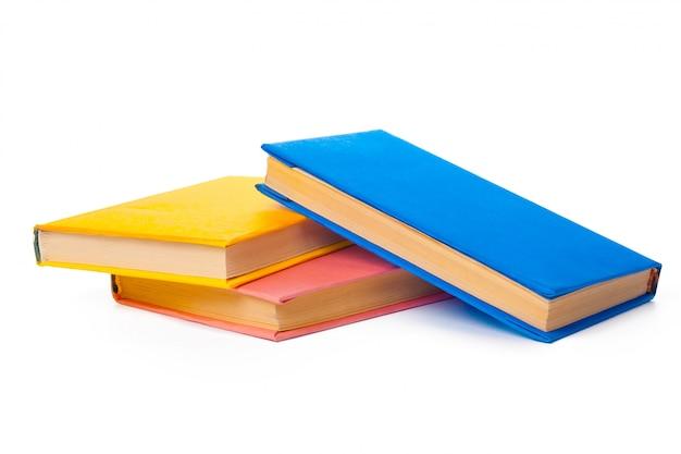 Mucchio dei libri isolati su bianco Foto Premium
