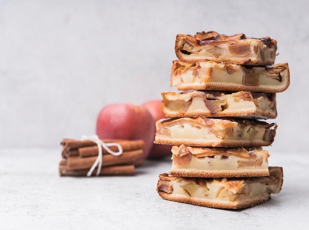 Mucchio del primo piano delle fette e delle mele della torta Foto Gratuite
