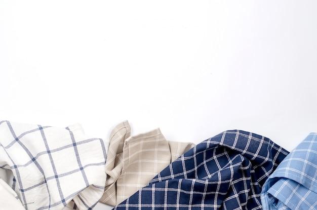 Mucchio del tovagliolo di tela di cucina su bianco Foto Premium