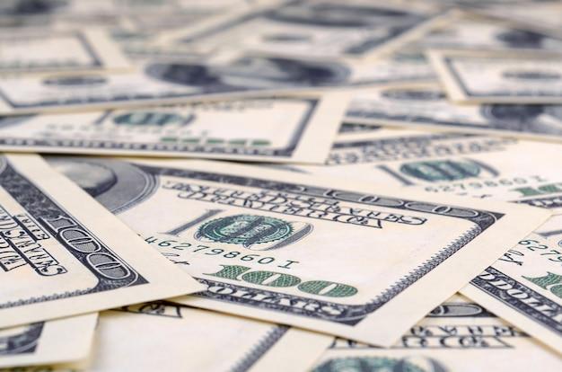 Mucchio di cento banconote degli stati uniti. Foto Premium