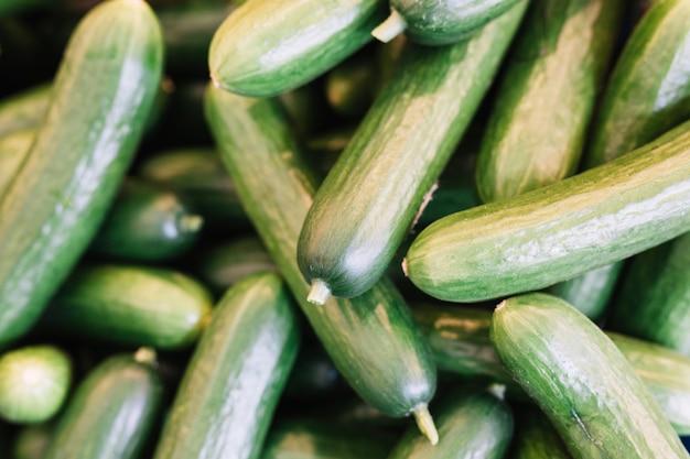 Mucchio di cetriolo verde fresco Foto Gratuite