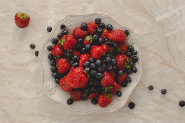 Mucchio di deliziosi frutti di bosco Foto Gratuite