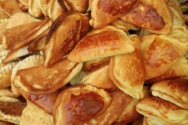 Mucchio di empanadas in vendita presso il chiosco sul lato della strada di la paz, in bolivia Foto Premium
