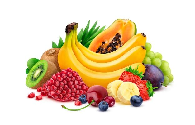 Mucchio di frutta esotica fresca e bacche isolate su sfondo bianco, raccolta di diversi frutti tropicali Foto Premium