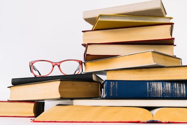 Mucchio di libri di vista frontale Foto Gratuite