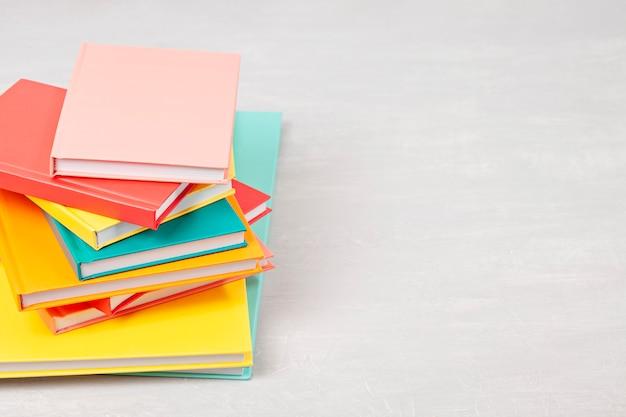 Mucchio di libri sul tavolo. tempo libero, lettura, concetto di studio Foto Premium
