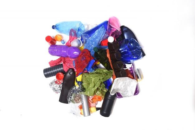Mucchio di materie plastiche su sfondo bianco Foto Premium