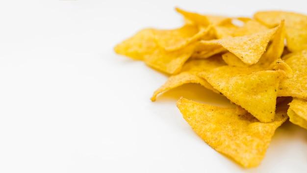 Mucchio di nachos sul tavolo bianco Foto Gratuite