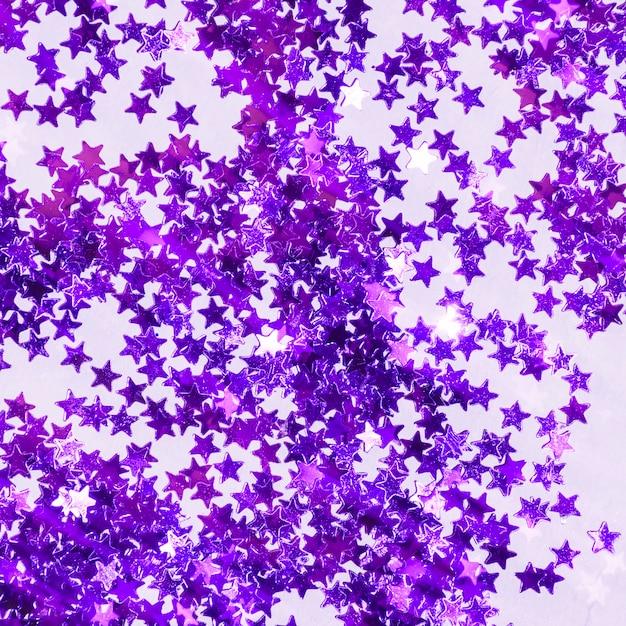 Mucchio di paillettes viola vista dall'alto Foto Gratuite