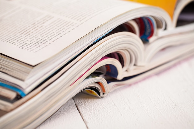 Mucchio di riviste colorate su un tavolo Foto Gratuite