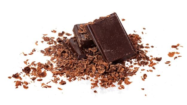 Mucchio di terra e cioccolato grattugiato isolato su sfondo bianco Foto Premium