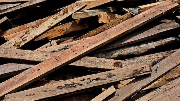Mucchio di vecchi trucioli di legno - background Foto Premium
