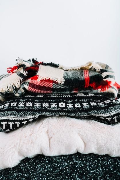 Mucchio di vestiti caldi a maglia Foto Gratuite