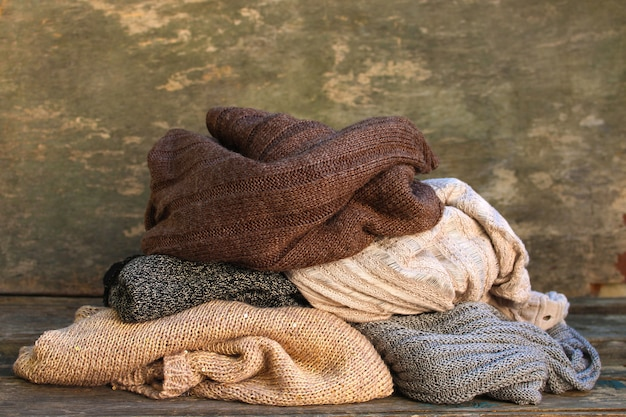Mucchio di vestiti caldi sul pavimento di legno Foto Premium