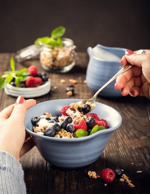 Muesli d'avena con frutti di bosco e yogurt Foto Premium