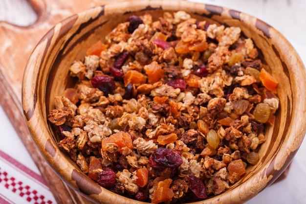 Muesli da diversi tipi di cereali con noci, miele Foto Premium