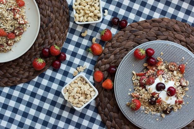 Muesli fatto in casa con ciliegie e yogurt Foto Gratuite