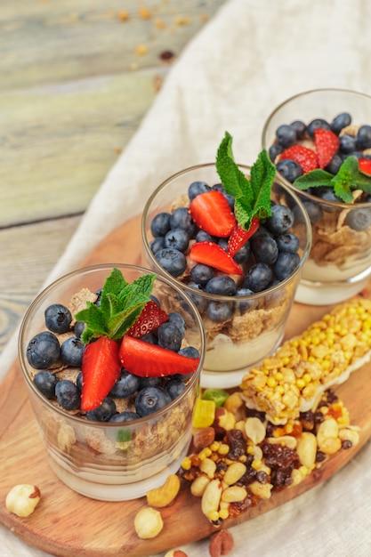 Muesli, yogurt e fragole in barattoli Foto Premium