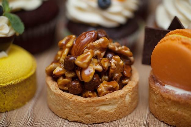 Muffin con le noci che stanno su una tavola di legno Foto Premium