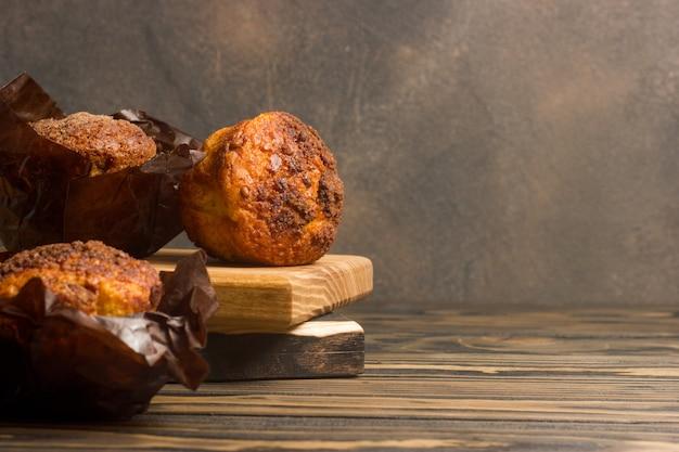 Muffin deliziosi casalinghi sul primo piano di legno della tavola Foto Premium