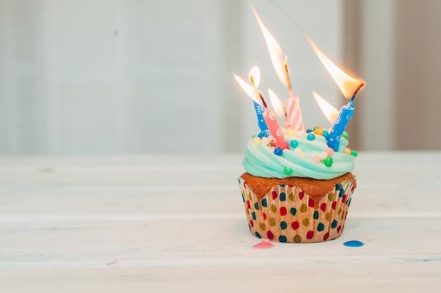 Muffin deliziosi del mentolo decorati con le candele Foto Premium