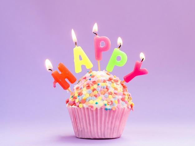 Muffin delizioso compleanno con candele colorate Foto Gratuite